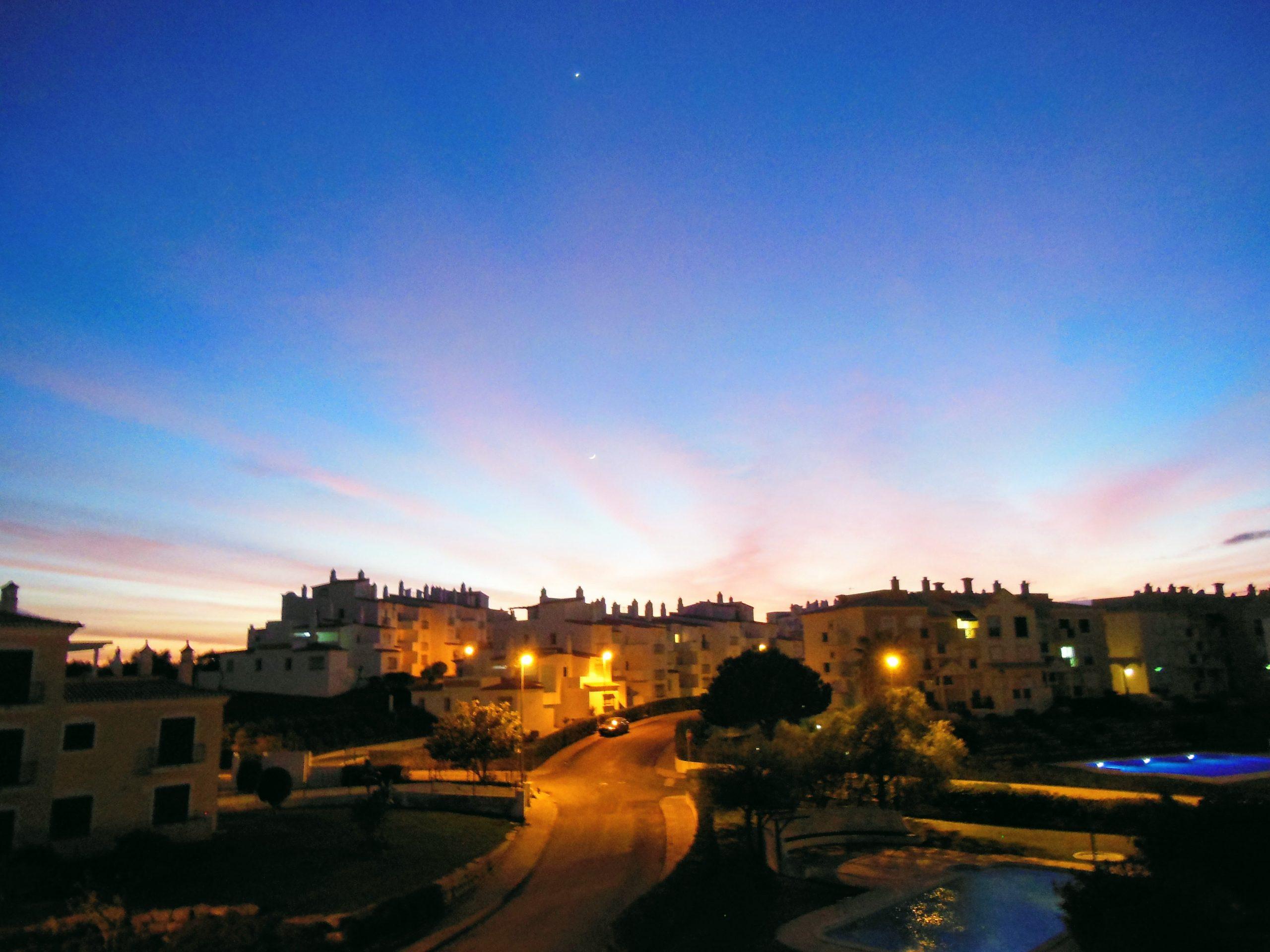 ilta kaupungissa, yksinäisyys - ihmiskunta